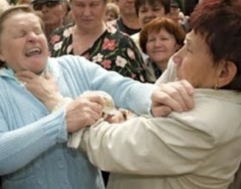 USA: tre dipendenti di un ospizio organizzano un fight club e fanno lottare gli anziani tra di loro.